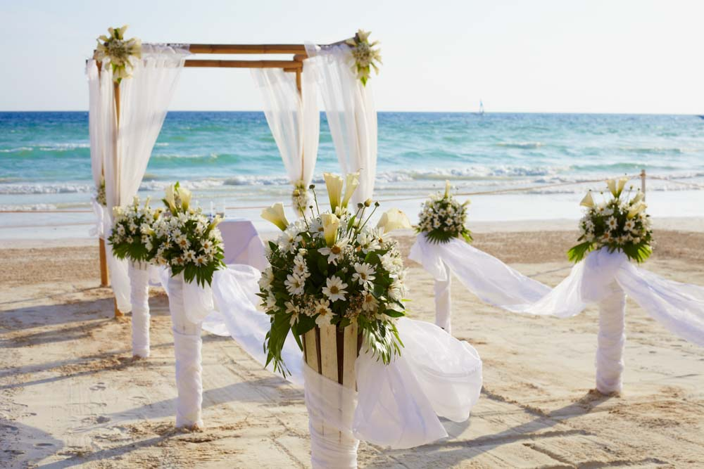 Pros and cons of small weddings